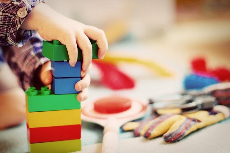 enfant batit une tour de lego